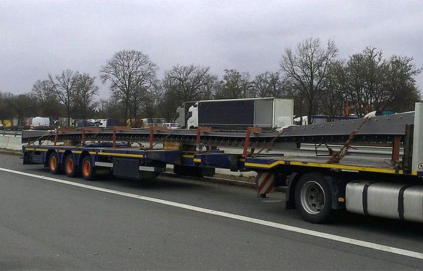 Speedlog befördert einen Fahrbahnübergang