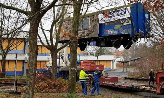 Speedlog transportiert einen Eisenbahnwaggon - Speedlog GmbH - Internationale Spedition & Logistik